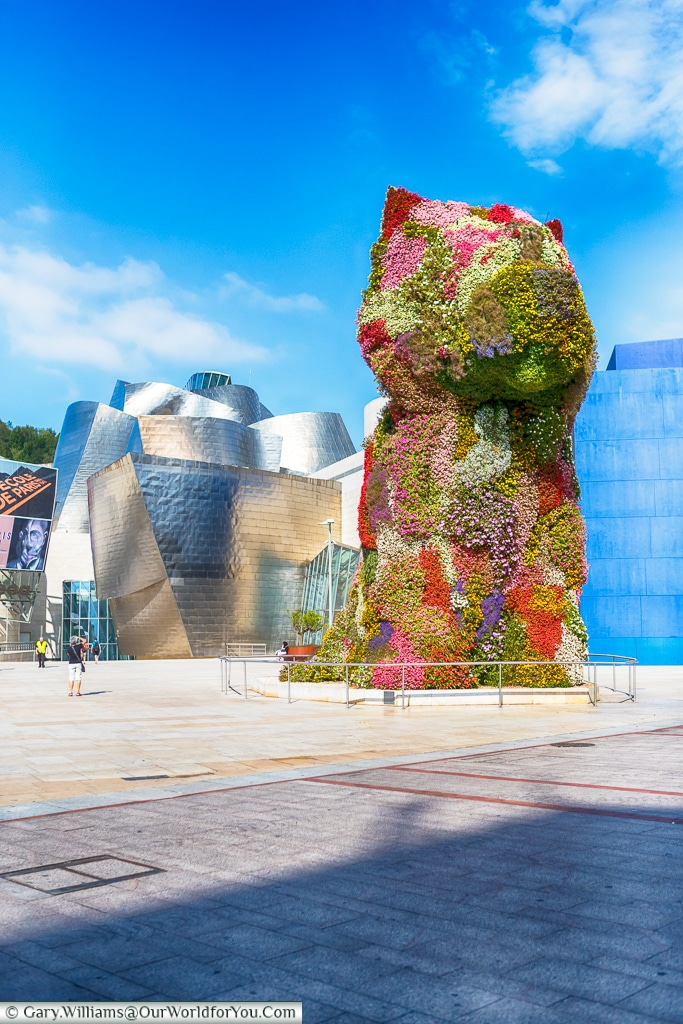 Jeff Koons 'Flower dog' in front of the Guggenheim