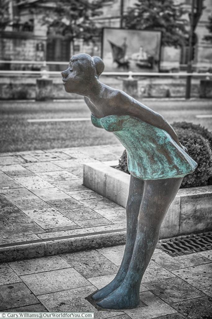 La jeune fille qui donne un baiser, Troyes, Champagne, Grand Est, France