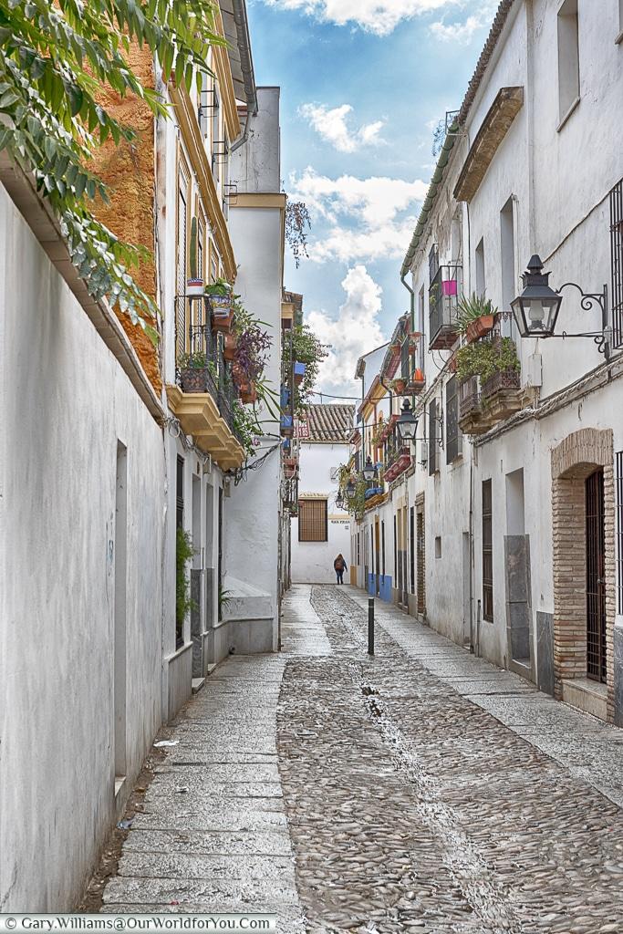Tiny streets amongst the whitewashed walls, Cordoba, Córdoba, Spain