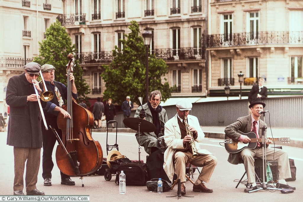 Musicians on the Pont Saint Louis, Paris, France