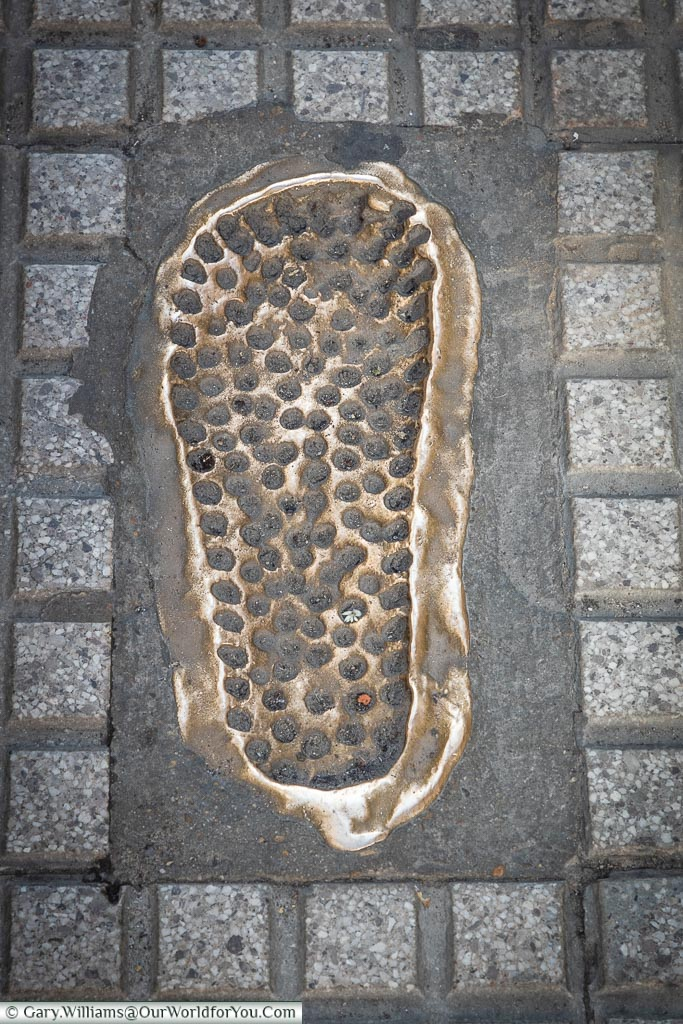 Brass footprint leads the way, León, Spain