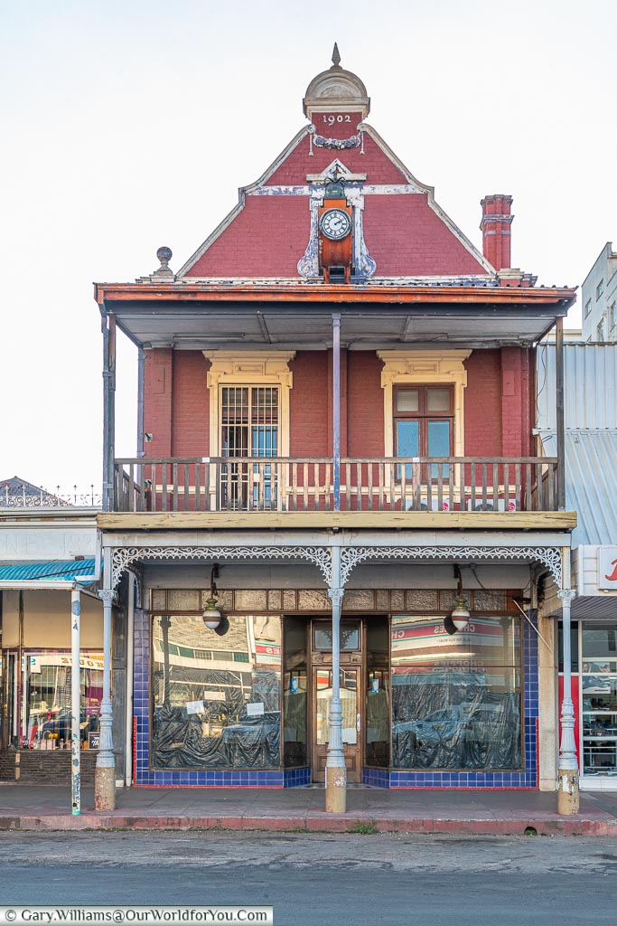 A small shop, built in 1902, of colonial-era style with a terrace on the upper floor.
