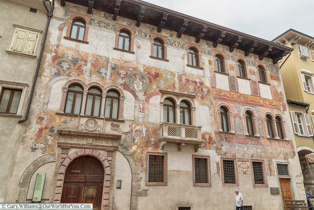 The exterior of Palazzo Quetta Alberti-Colico, again decorated top-to-bottom with frescos.