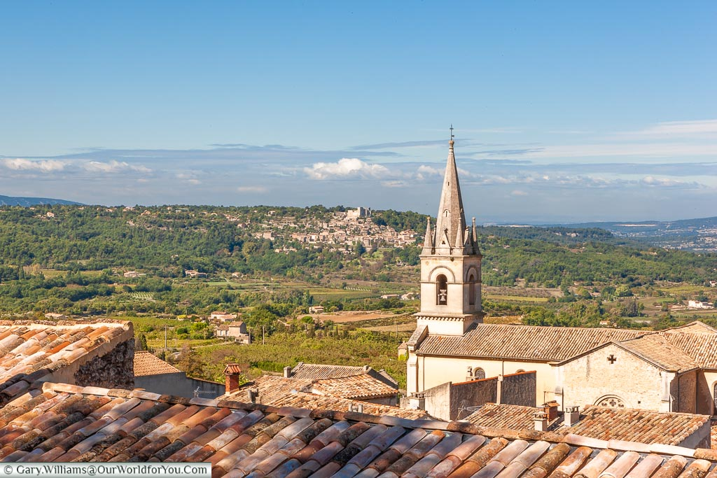 A view over the rooftops of Bonnieux to the landscape of Provence.