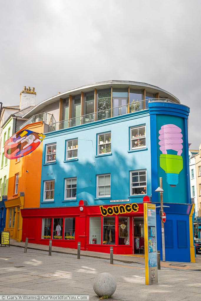 The brightly covered mural Folkestone Lightbulb – by Michael Craig-Martin at the bottom of The Old High Street.