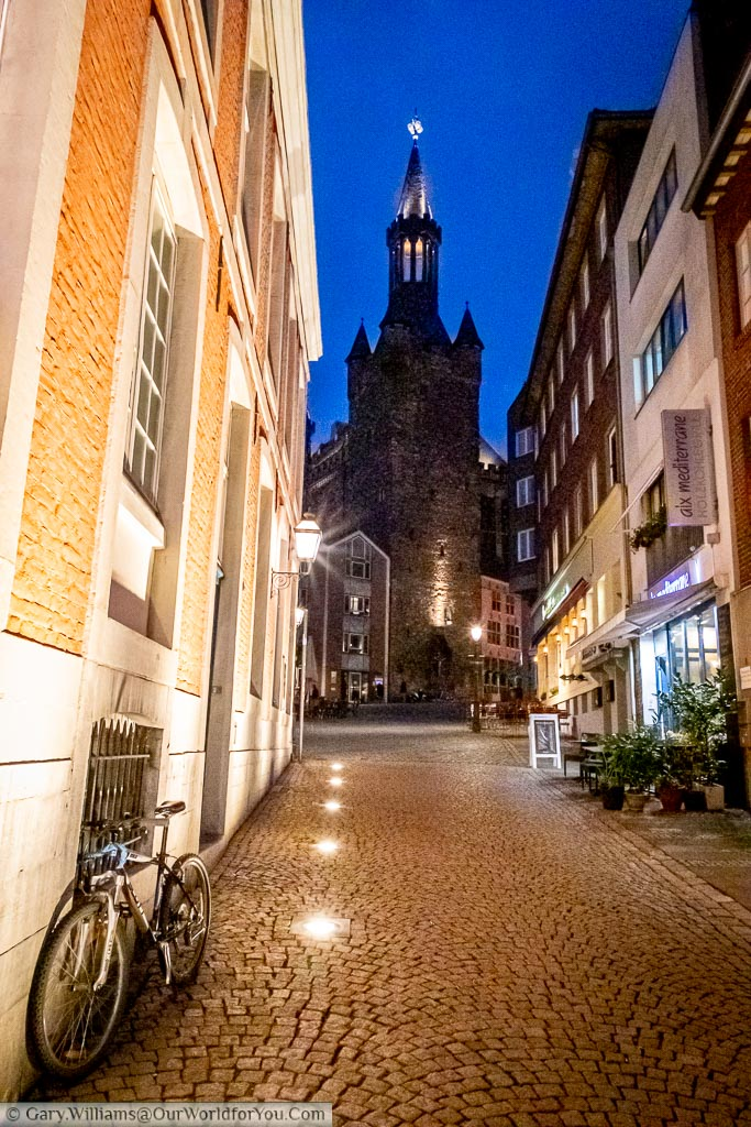 The cobbled lane of Rommelsgasse that runs between the Rathaus and the Hof at dusk.  A the end of the path you can see one of the towers of the town hall.