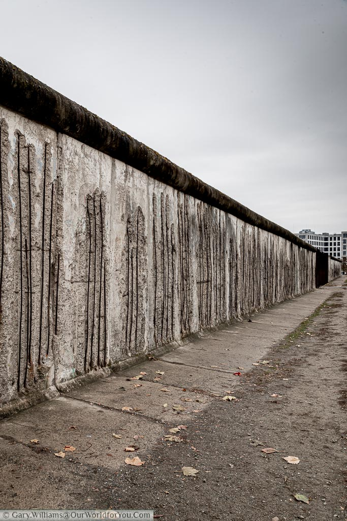 A view of the Belin wall with no graffiti, and just exposed iron reinforcement bars within the structure of the concrete wall.