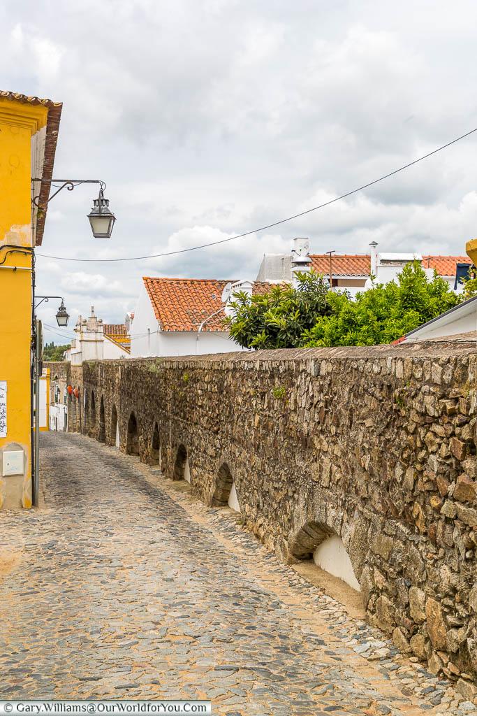 The Agua de Prata aqueduct as it nears the end of its journey towards the centre of Évora.