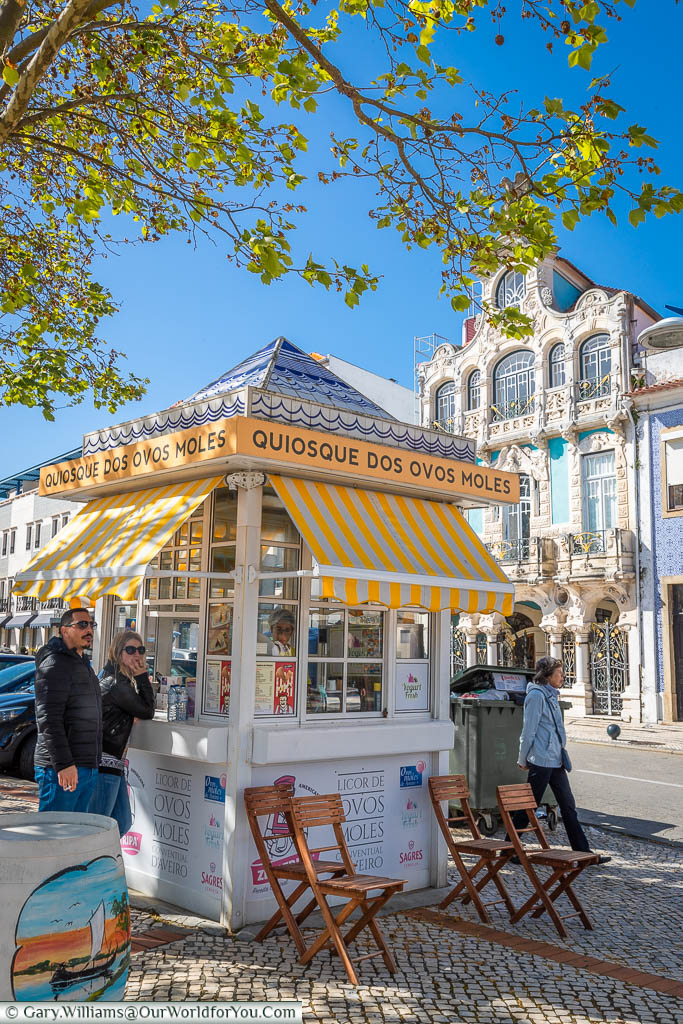 A square kiosk in Aveiro that specialises in Ovos Moles, regional Portuguese sweet treats