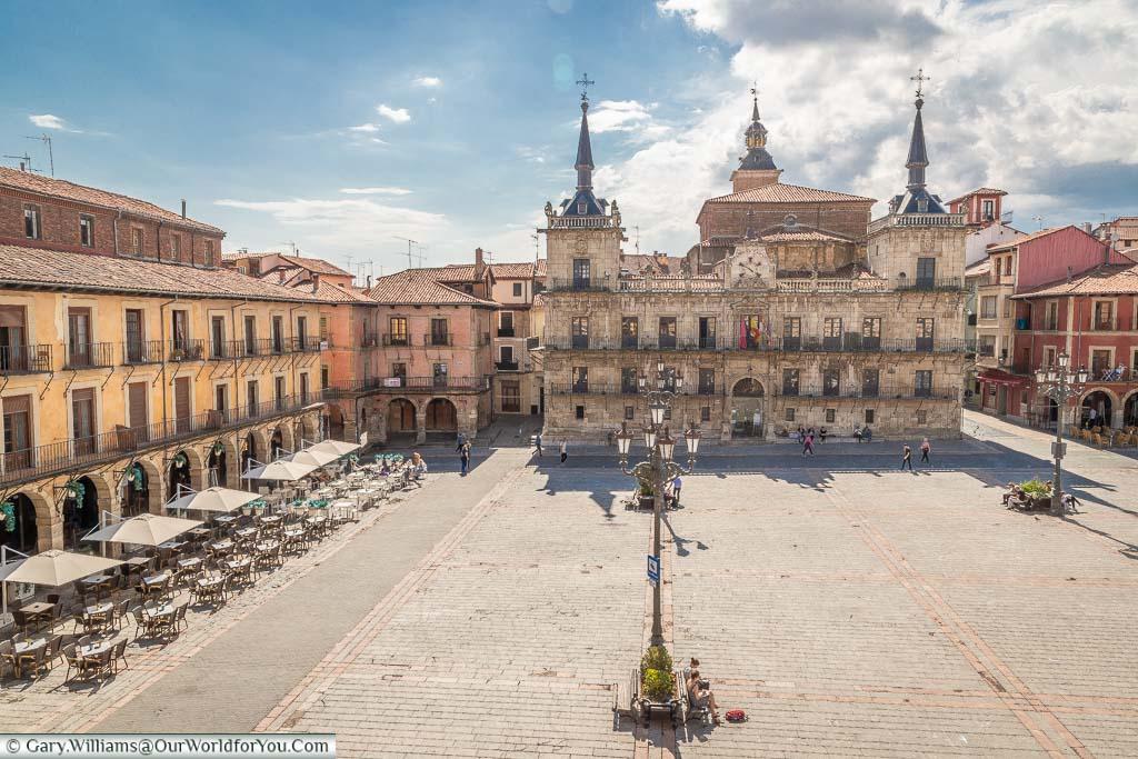 Overlooking a quiet plaza mayor towards the 17th-Century Antiguo Consistorio de León