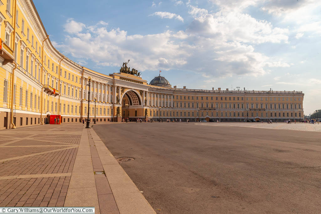 The sweeping span of the Hermitage Lecture Centre, with the Triumphal arch in the centre, on one side of Palace Square in Saint Petersburg, Russia