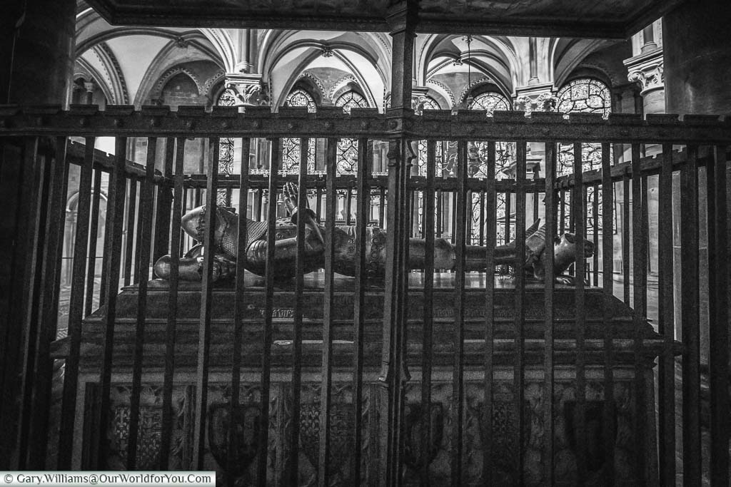 A black and white image of the Tomb of the Black Prince surrounded by railings