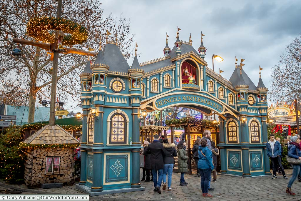 An ornate temporary Christmas themed arch to the Heinzelmännchen market in Cologne