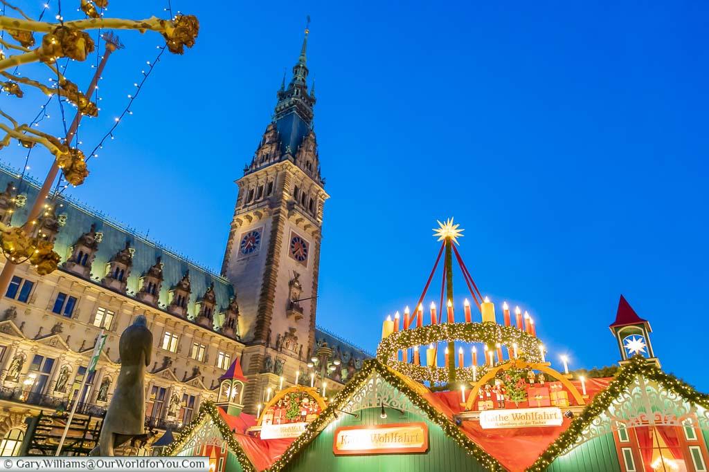 Looking up, past the Käthe Wohlfahrt stall, to Hamburg's Rathaus lit up at dusk