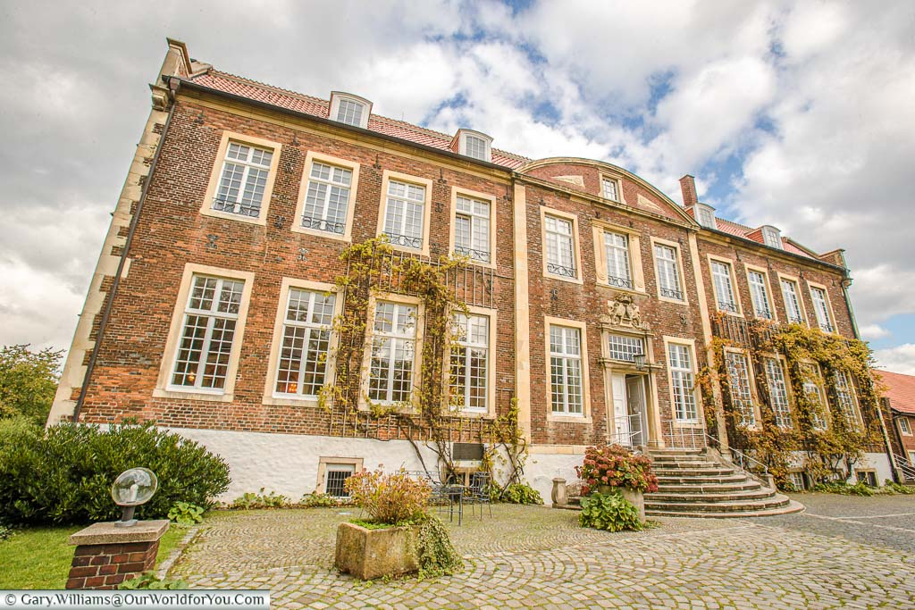 Schloss Wilkinghege, our accommodation for our stay in Münster, is a beautiful early 18th Century country house, although its history dates back to 1311. The impressive brick building, with curved steps leading to the main door, provides a warm, classy reception.